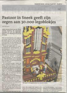 Pastoor van der Weide zegent minikathedraal