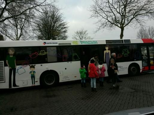 Met de kinderen van de kindercatechese in de kledingbus