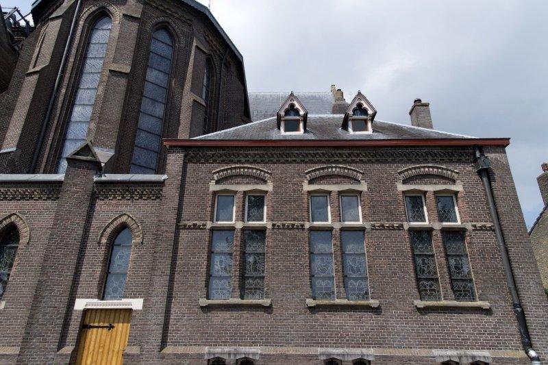 Glas in lood / gebrandschilderd glas in de achegevel van de sacristie. Foto: Antoon van Daal (Rilikwie.nl)