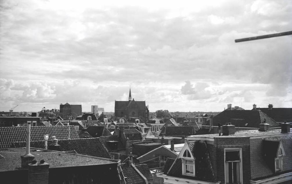 Het uitzicht vanuit de koepel van de Martini kerk aan de Oude Koemarkt. In midden de R.K. Martinus kerk aan de Singel. collectieFotoarchief SWF, auteurObbema F.J., datering1960-1970